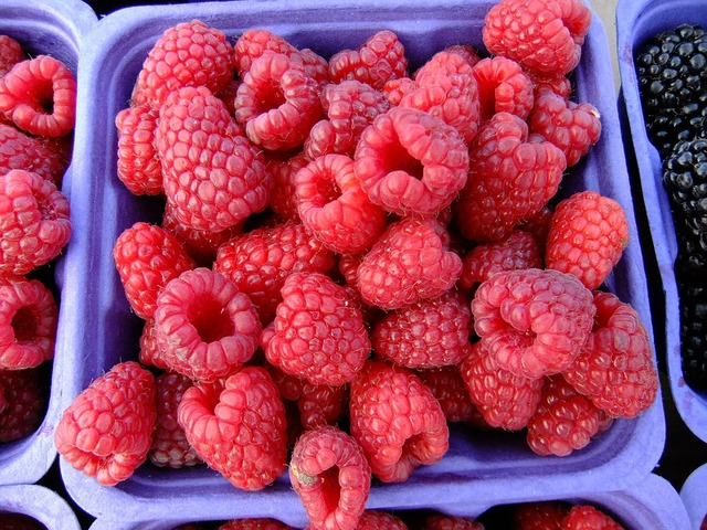 Raspberries market fruit, food drink.