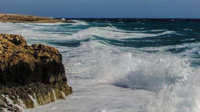 Rocky coast waves splashing.