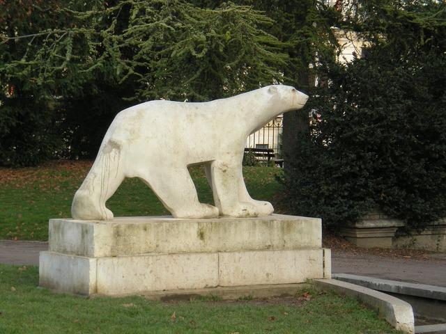 Sculpture bear dijon.