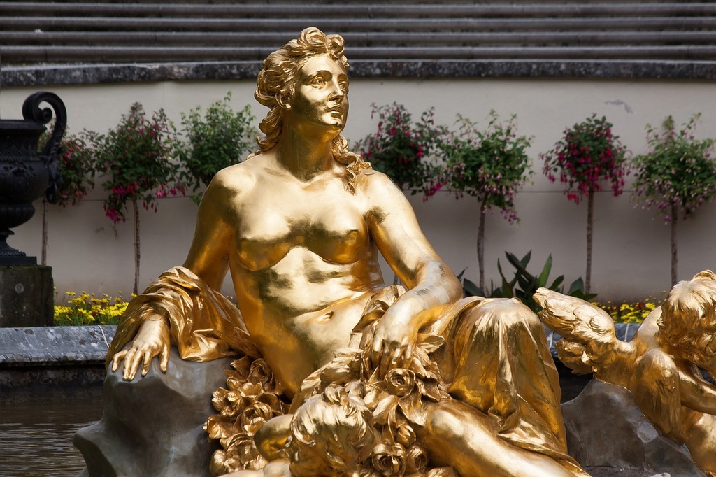 Sculpture gold gilded, beauty fashion.