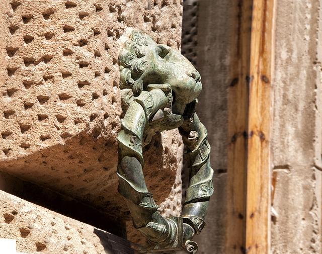 Sculpture lion bronze.