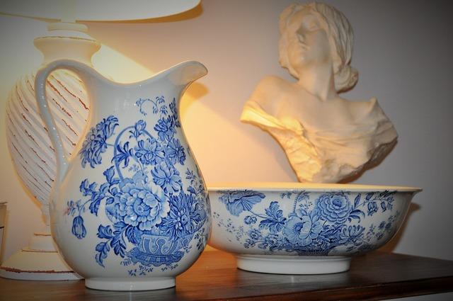 Set of toiletries porcelain romanticism.