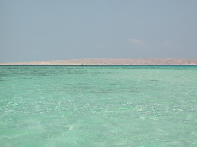 Shallow water ebb türkisnes water.