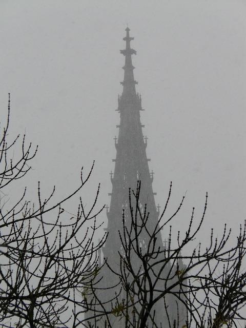 Snow flurry fog trist, religion.