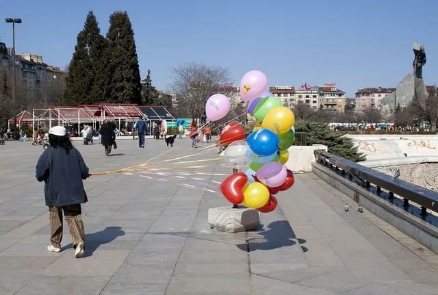 Sofia balloons wind, transportation traffic.