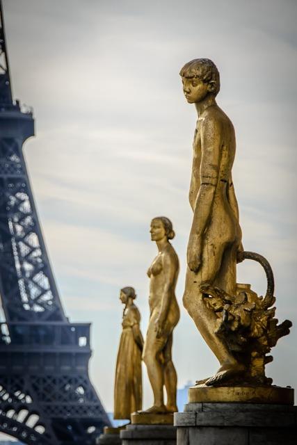 Statue golden trocadero.