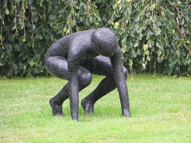 Statue squat metal.