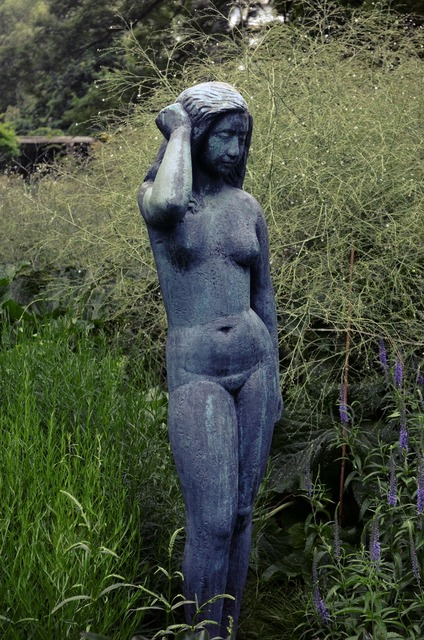 Statue woman friendship island, beauty fashion.