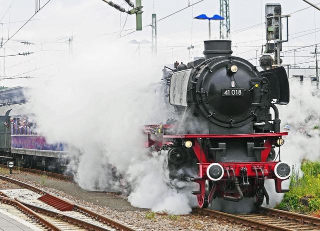 Steam locomotive departure steam cloud, travel vacation.