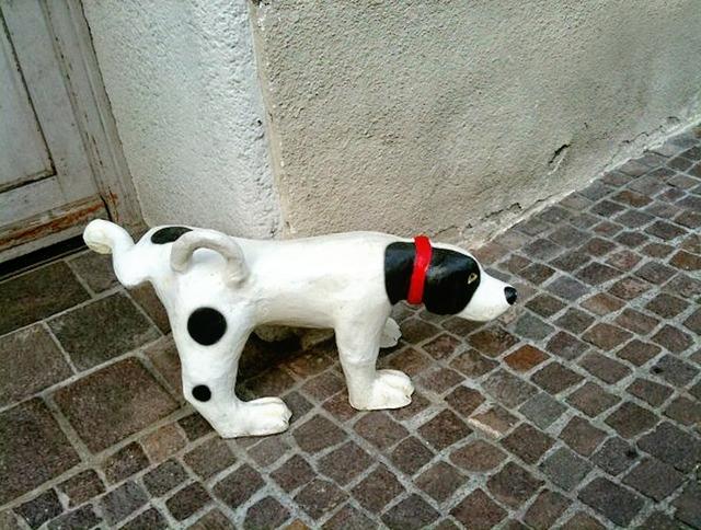Stone dog pee roadside, animals.