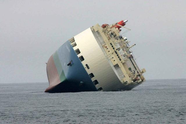 Stranded ship big, travel vacation.