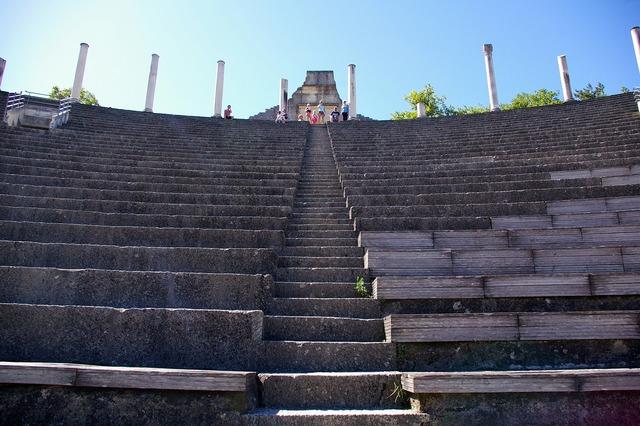 Theatre vaison-la-romaine vaucluse, places monuments.