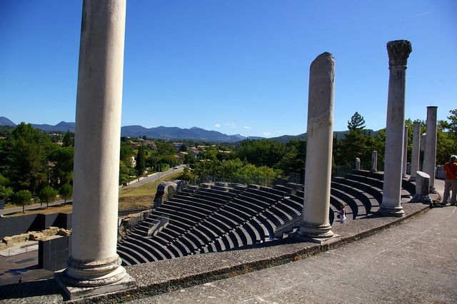 Theatre vaison-la-romaine vaucluse, places monuments.