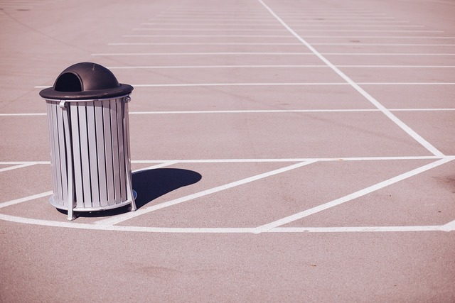Trashcan garbage recycle bin.