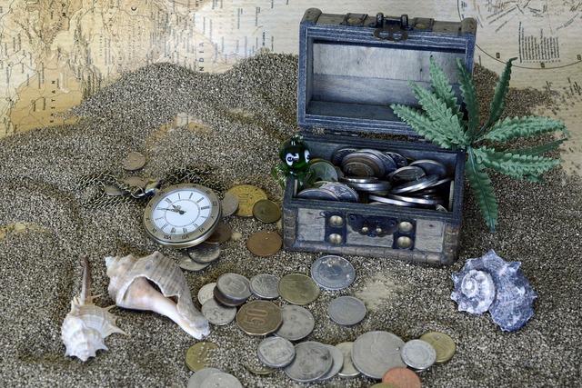 Treasure chest sand pocket watch, travel vacation.