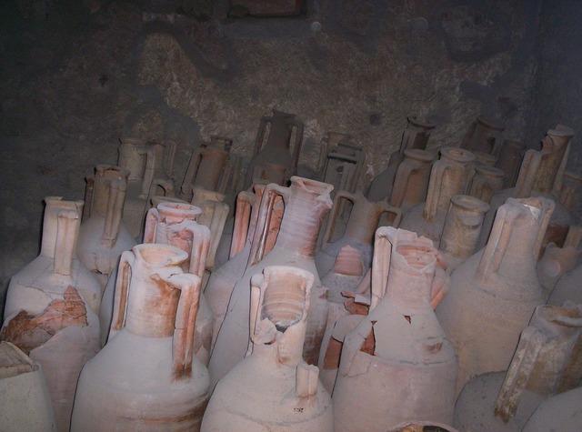 Urns vessels pompeii.