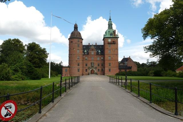 Vallo slot denmark history, places monuments.
