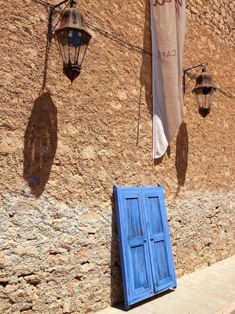 Wall wall lamps blue door.