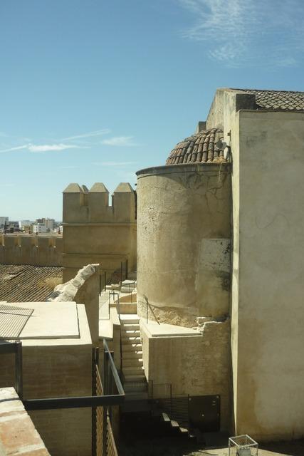 Walls torres defenses.
