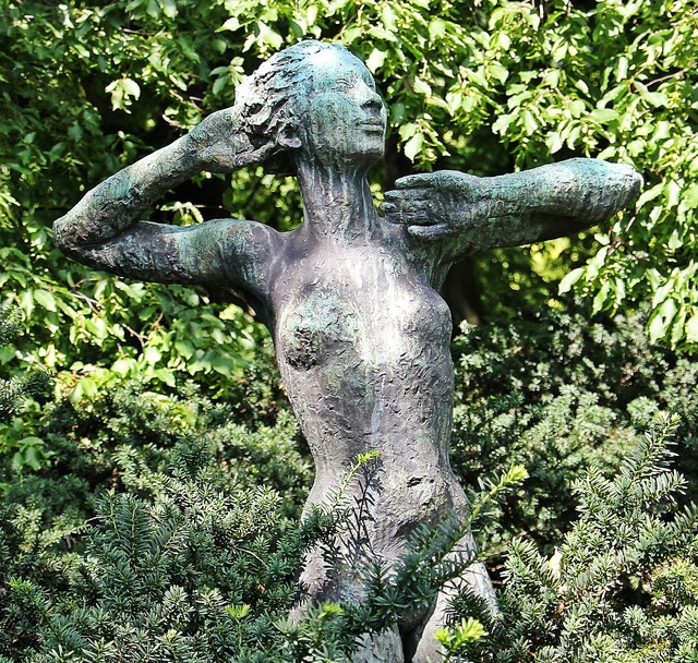 Woman naked woman sculpture, beauty fashion.