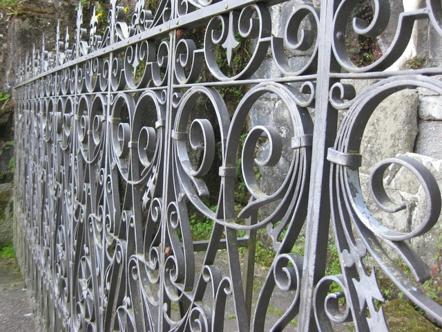 Wrought iron fence schmie­de­ei­sern.