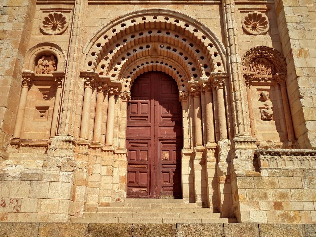 Zamora cathedral door, religion.